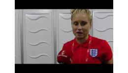 Embedded thumbnail for Een fiere kapitein Stephanie Houghton van Engeland na de 6-0 zege vs Schotland